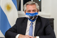 El presidente argentino, Alberto Fernández, utiliza una mascarilla con un mapa de las Islas Malvinas.