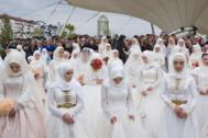 Mujeres chechenas esperan a sus parejas, en 2018.