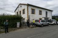 La Guardia Civil tras precintar una vivienda por un crimen machista ocurrido en Cantabria.