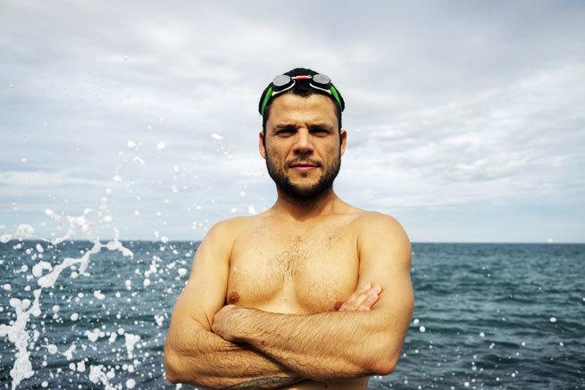 La curiosa historia del español que ha dado la vuelta al mundo nadando por una buena causa