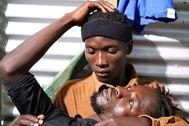 Kimuli Brian y Dennis Wasswa, refugiados ugandeses miembros de la comunidad LGBT, en el campo de refugiados de Kakuma (Nairobi).