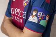 Imagen del brazalete que portará el capitán del Huesca.