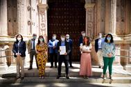 Diputados del PSOE, en la entrada del salón del plenos del Parlamento andaluz.