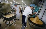 Varios operarios trabajan en una fábrica de Alicante.