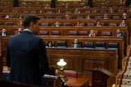 El presidente del Gobierno, Pedro Sánchez (de espaldas), este miércoles, en el Congreso.