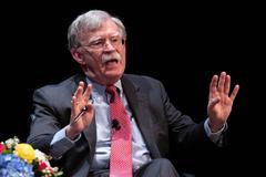 El es asesor de seguridad John Bolton durante una charla en la Universidad.