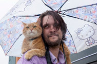 James y su gato Bob en Londres, en una foto de archivo.