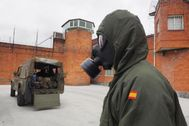 Un soldado participa en la desinfección del centro penitenciario de Bonxe, en Lugo.