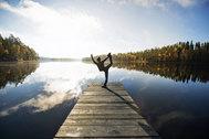 """El ránking de los países más felices del mundo lo encabeza <a href=""""http://viajes.elmundo.es/2016/07/26/europa/1469547125.html"""" target=""""_blank"""">Finlandia</a> por tercer año consecutivo, según el <strong>Informe Mundial de la Felicidad</strong> de la ONU, que pasa revista al bienestar de sus habitantes en función del entorno social, urbano y natural. Es el primero que recorremos con motivo del <strong>Yellow Day</strong> (20 de junio), o el día más feliz y alegre del año."""