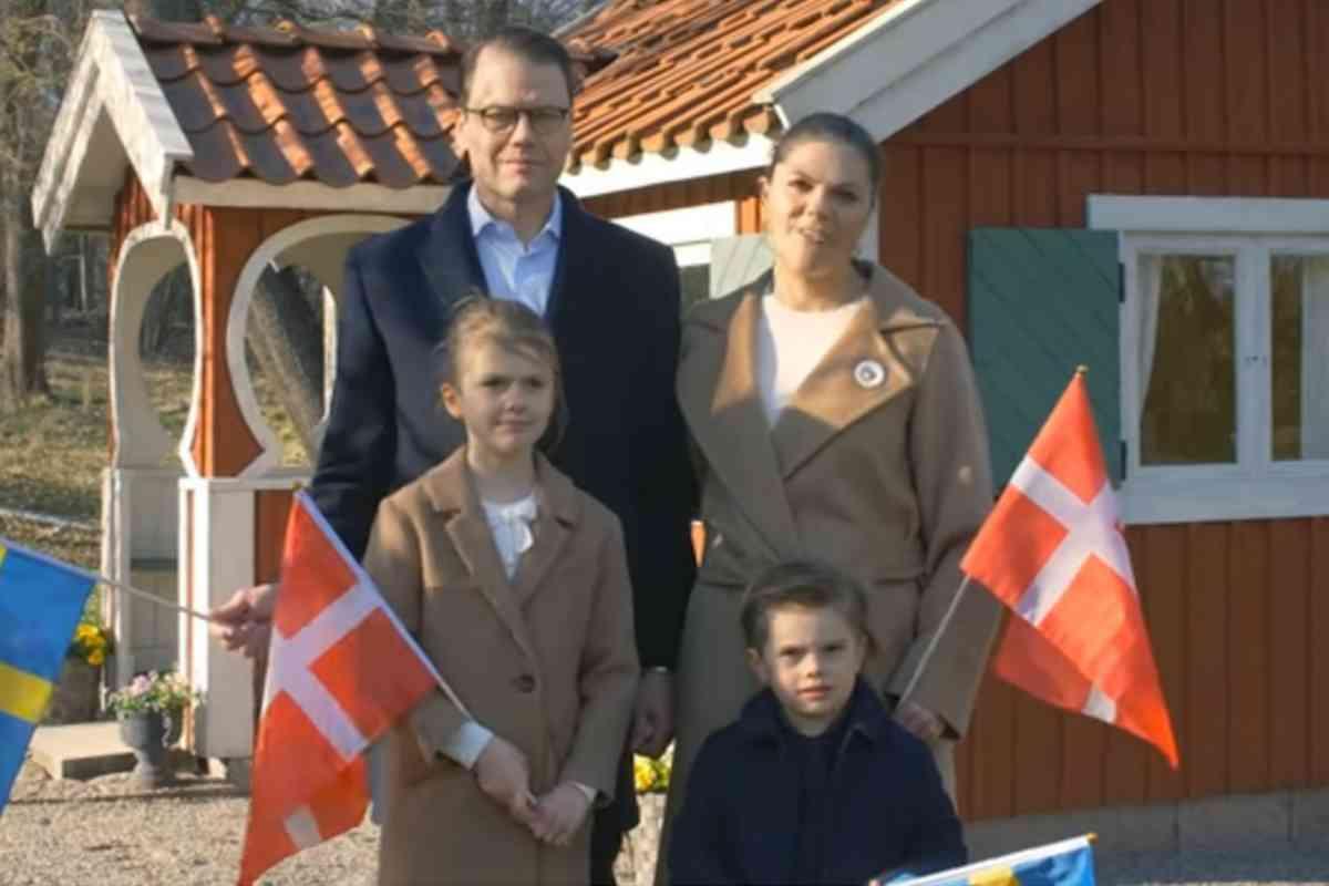 Victoria y Daniel, en la actualidad, junto a sus dos hijos, Estela y Óscar.