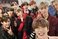 Artistas del K-pop posan en un selfie para la cuenta de instagram de Yohan