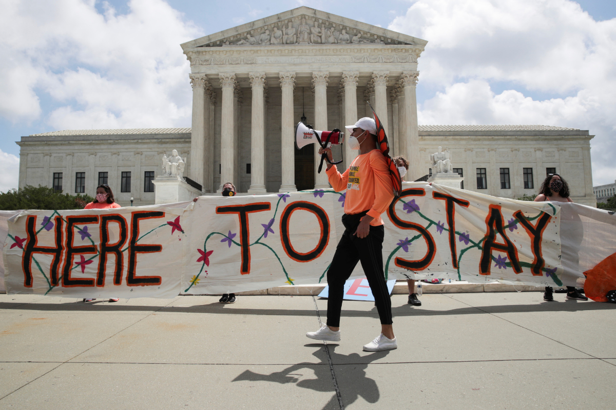 Receptores y partidarios del programa DACA celebran la decisión frente al Tribunal Supremo de EEUU.