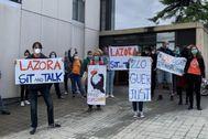 Protesta de vecinos de un bloque de Azora esta mañana en Barcelona.