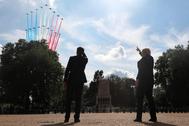 Emmanuel Macron y Boris Johnson observan un desfile aéreo de la Patrulla Acrobática de Francia y los Flechas Rojas británicos.
