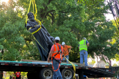 Retirada de una estatua de Cristóbal Colón en San Luis, Missouri.