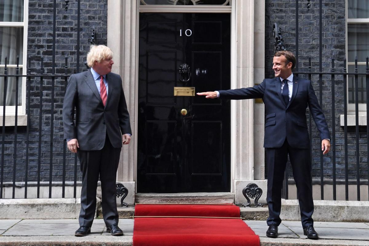 Macron se asegura de que cumple las reglas de distanciamiento social, en el 10 de Downing Street.