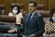 Juanma Moreno, durante su intervención en la sesión de control al Gobierno en el Parlamento andaluz.