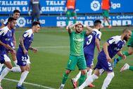 GRAF3054. VITORIA..- El delantero de la lt;HIT gt;Real lt;/HIT gt; lt;HIT gt;Sociedad lt;/HIT gt;, Cristian Portugués 'Portu' (c), lamenta una ocasión durante el encuentro de la 29º jornada de la LaLiga Santander disputado entre el Deportivo lt;HIT gt;Alavés lt;/HIT gt; y la lt;HIT gt;Real lt;/HIT gt; lt;HIT gt;Sociedad lt;/HIT gt;, este jueves en el estadio de Mendizorroza, en Vitoria. Adrián Ruiz-Hierro
