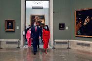 Felipe VI y la Reina Letizia entran en una sala del Museo del Prado, este jueves, en Madrid.