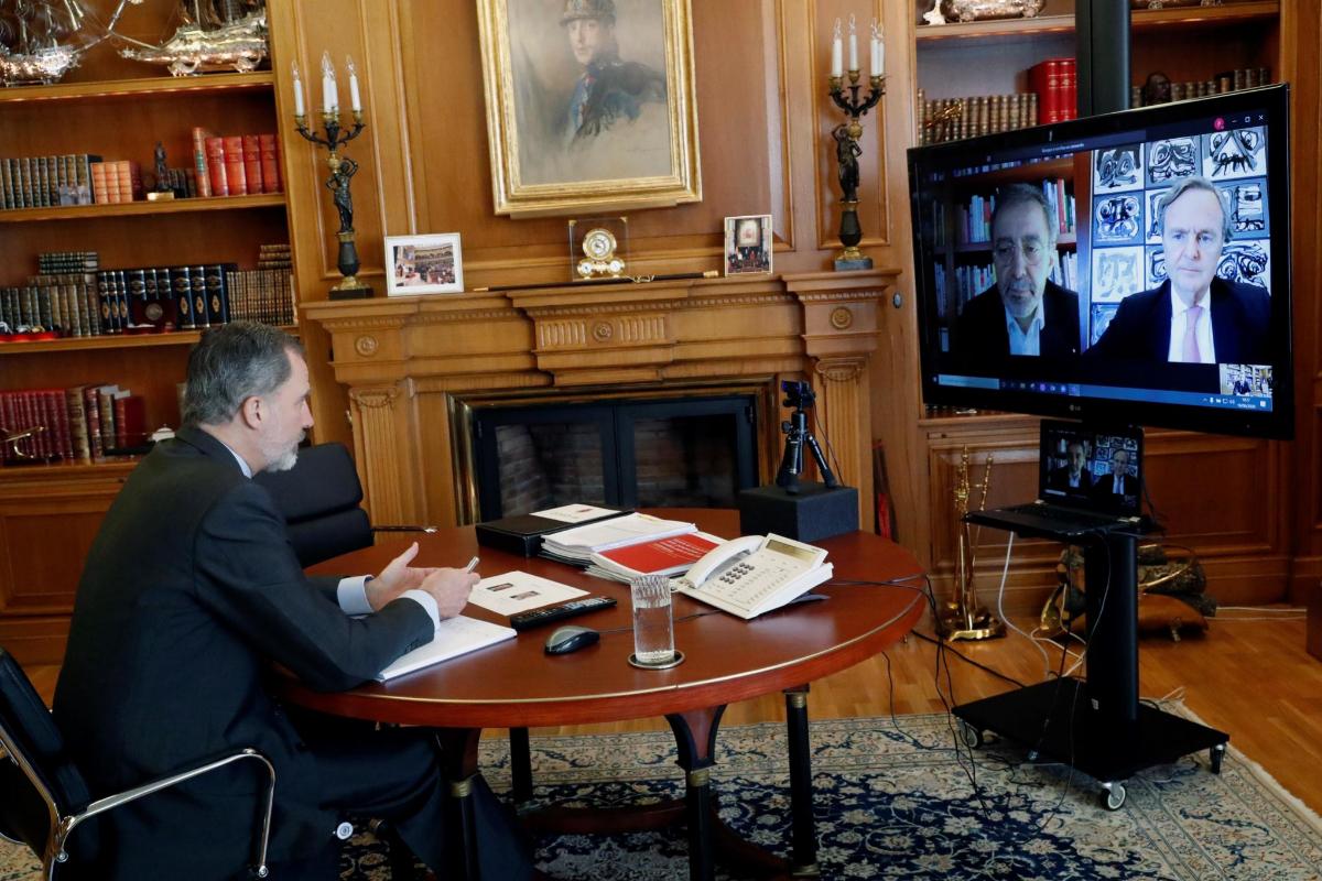 Felipe IV, en una videoconferencia, este jueves, con los responsables del Museo Reina Sofía de Madrid.