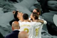 GRAF3218. MADRID.- El delantero del Real Madrid Marco lt;HIT gt;Asensio lt;/HIT gt; (i) celebra con sus compañeros tras marcar el segundo gol ante el Valencia, durante el partido de Liga en Primera División que se disputa esta noche en el estadio Alfredo Di Stéfano, en Madrid.