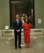 Doña Letizia ha decidido estrenar vestido rojo de Massimo Dutti para presentar la campaña de apoyo al turismo 'Spain for Sure' que ha tenido lugar en el Museo del Prado. Su total look en rojo le ha hecho acertar como casi siempre que apuesta por este color, uno de sus favoritos junto con el blanco.