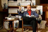 """Carlos Ruiz Zafón, """"novelista referente de nuestra época"""": la reacción de la cultura y la política a su muerte"""