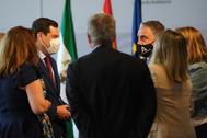 Juanma Moreno y Elías Bendodo, con las consejeras Carmen Crespo, Marifrán Carazo y Rocío Blanco y el consejero Rogelio Velasco.