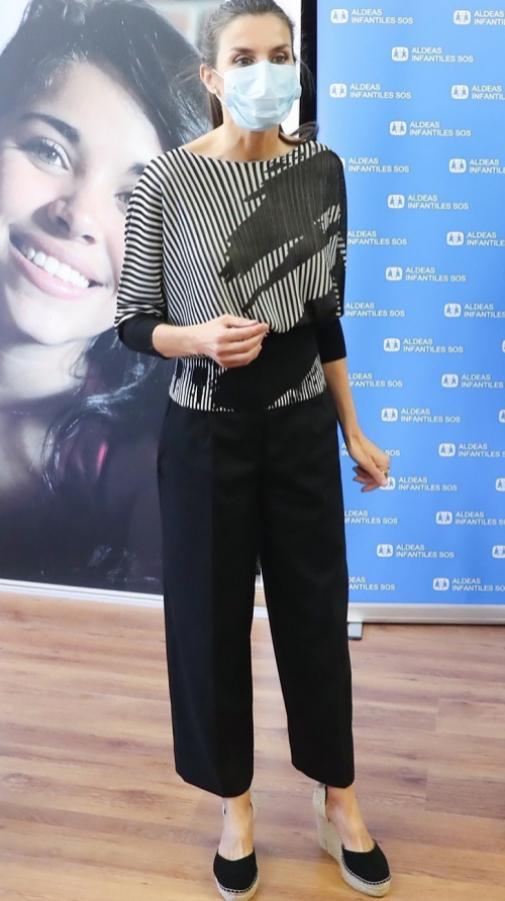 Letizia con pantalones culotte  y camisa ajustada a la cintura de Hugo Boss