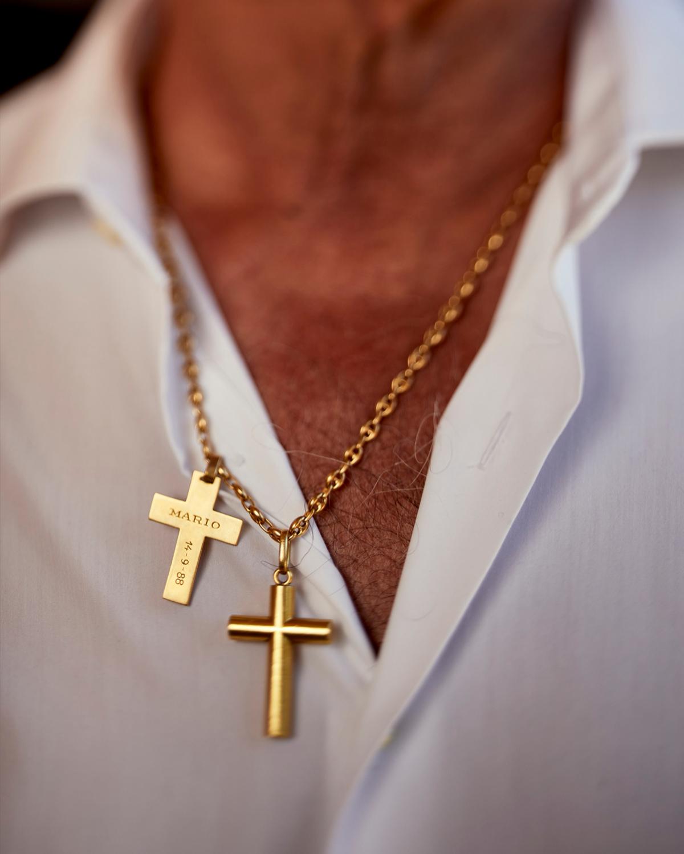 Lleva dos cruces doradas con los nombres de sus dos hijos, Alejandra y Mario, colgadas al pecho.
