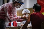 """ACOMPAÑA CRÓNICA: LATINOAMÉRICA CORONAVIRUS AME6526. BOGOTÁ (COLOMBIA).- Fotografía de archivo de una enfermera vacunando a un hombre contra la lt;HIT gt;gripe lt;/HIT gt;, el 11 de abril de 2020 al interior de una iglesia en Buenos Aires (Argentina). En medio del duro embate de la COVID-19, los países de Latinoamérica afrontan la amenaza de sufrir """"dos pandemias"""" si no toman las medidas necesarias para asegurar la vacunación contra la influenza estacional en la región."""