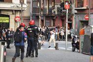 Los manifestantes se enfrentan a la Ertzaintza cuando los participantes en el mitin de Vox abandonan el acto.