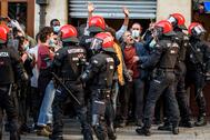 Enfrentamientos entre manifestantes y ertzainzas en Bilbao durante un mitin de Vox.
