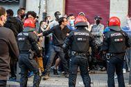Un detenido al enfrentarse grupos 'antifascistas' a la Ertzaintza tras un acto electoral de Vox