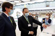 El ministro de Transportes, Movilidad y Agenda Urbana, José Luis Ábalos, y el ministro de Sanidad, Salvador Illa, hoy en el Aeropuerto Adolfo Suárez Madrid-Barajas.