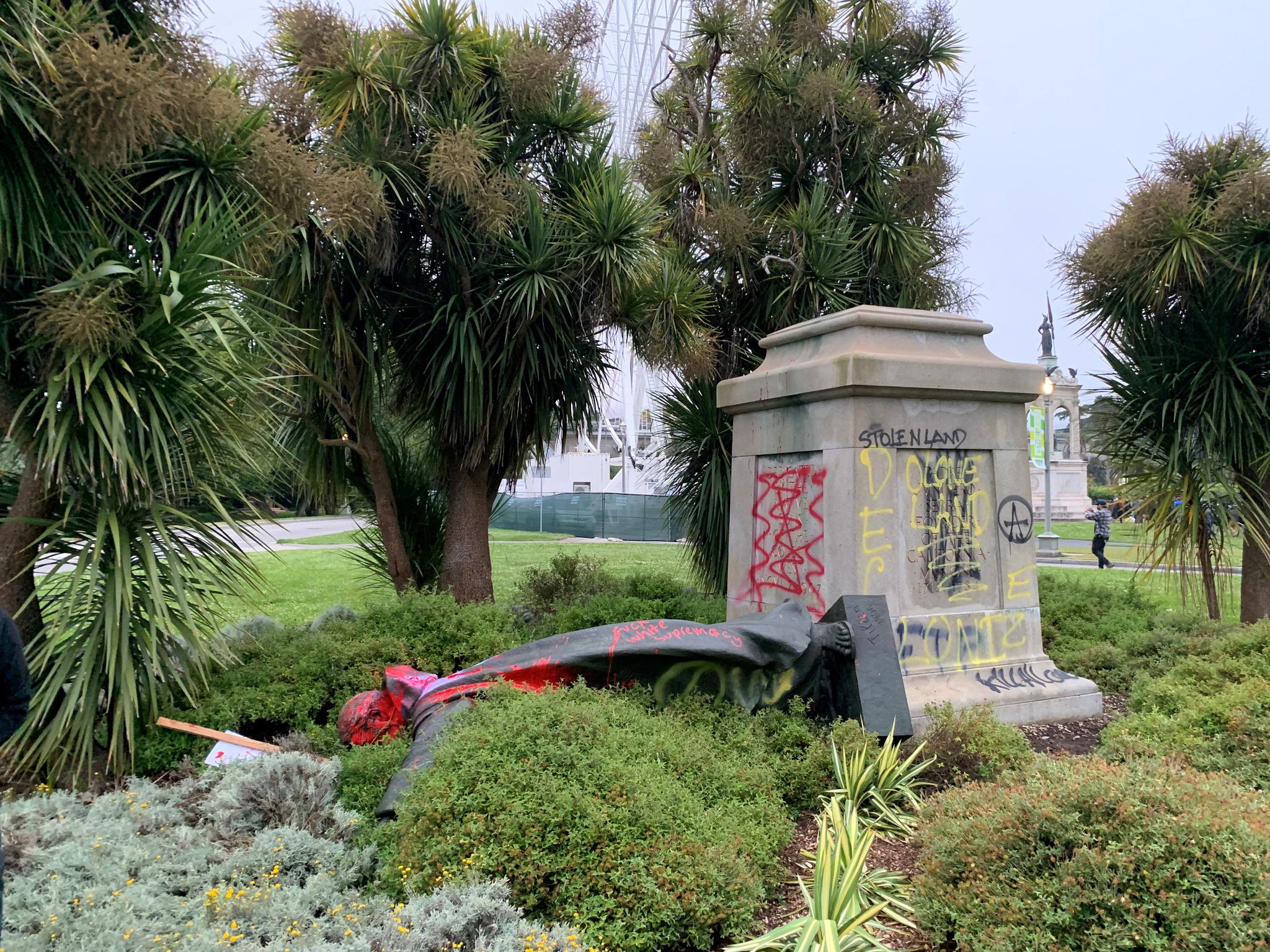 La estatua de Fray Junípero Serra, en el suelo tras ser derribada
