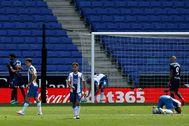 GRAF4147. BARCELONA.- Los jugadores del lt;HIT gt;Levante lt;/HIT gt; celebran el segundo gol ante la decepción de los del Espanyol, durante el partido de Liga en Primera División que disputan esta tarde en el RCDE Stadium, en Barcelona.