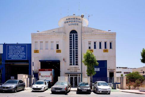 Entrada de la galería de tiro donde se grabó el vídeo investigado, en Málaga.