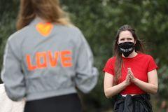 Activistas con mascarillas para protegerse de la Covid-19, en una protesta en Londres.