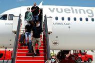 Pasajeros de un vuelo de Vueling desembarcan en el aeropuerto de Palma.