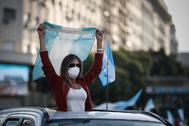 AME8005. BUENOS AIRES ( lt;HIT gt;ARGENTINA lt;/HIT gt;), 20/06/2020.- Miles de personas se manifiestan este sábado frente al obelisco de la Ciudad de Buenos Aires ( lt;HIT gt;Argentina lt;/HIT gt;). lt;HIT gt;Argentina lt;/HIT gt; fue escenario este sábado de marchas, bocinazos y cacerolazos que tuvieron lugar en varias ciudades contra la expropiación de la empresa agroexportadora Vicentín por parte del Gobierno de Alberto Fernández. En el Obelisco de Buenos Aires, miles de personas se reunieron, muchas a pie y otras con sus automóviles, portando banderas lt;HIT gt;argentinas lt;/HIT gt; en medio de la cuarentena por la pandemia de la COVID-19, para reclamar que el Estado de marcha atrás con la expropiación de la compañía, originaria de la provincia Santa Fe (centro este).