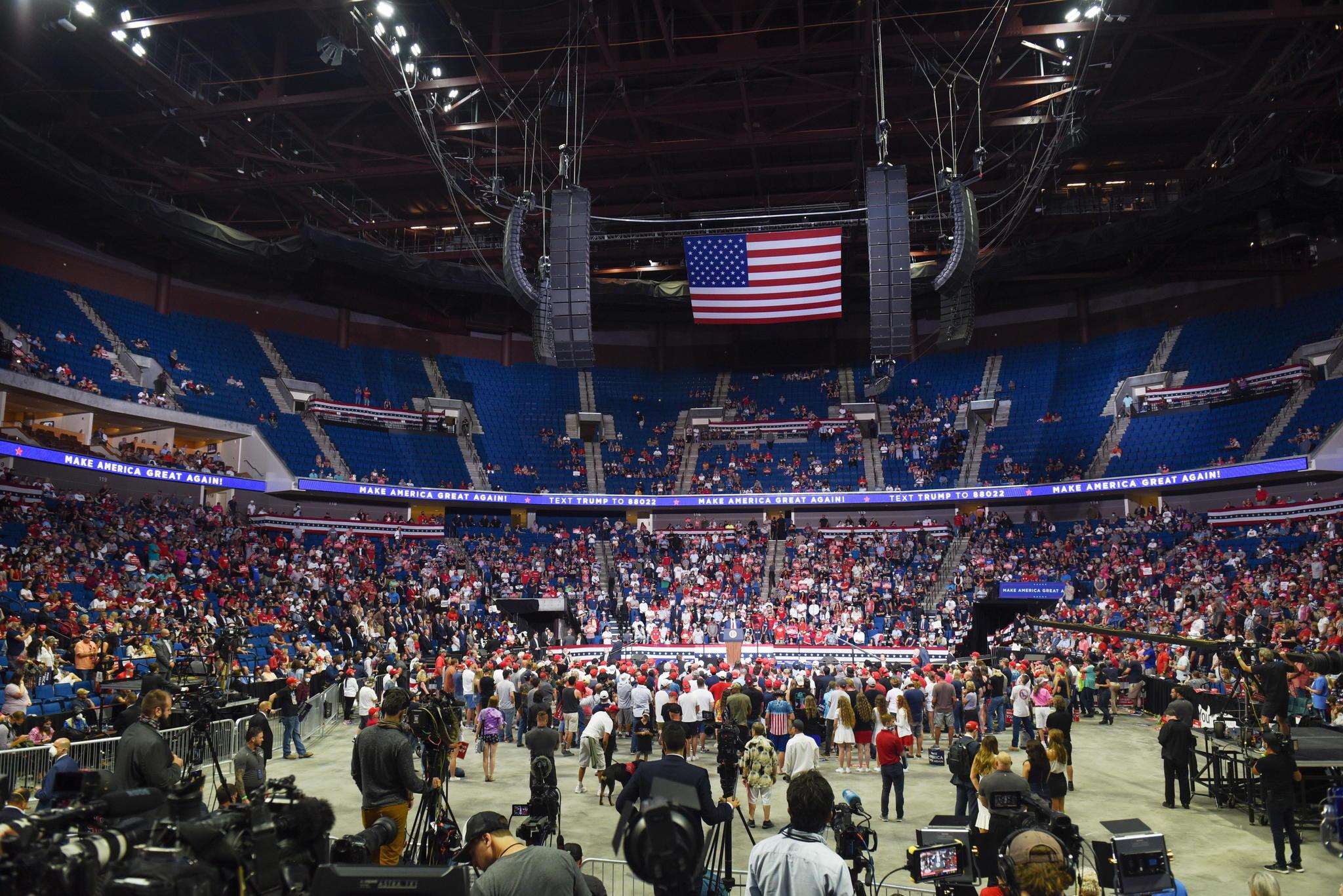 Cientos de gradas vacías representaron el pinchazo del presidente de EEUU en su primer mitin en  110 días.