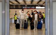 Pasajeros llegando al aeropuerto Adolfo Suárez- Madrid Barajas hoy.