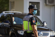 Un agente de la Policía Nacional controla el paso fronterizo de la Junquera en la reapertura tras el fin del estado de alarma.