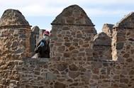 Un hombre pasea por las murallas de Ávila, hace unos días.
