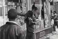 Varios hombres saquean tiendas durante los disturbios en Chicago, en abril de 1968.