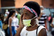 AME7877. lt;HIT gt;CARACAS lt;/HIT gt; (VENEZUELA), 19/06/2020.- Una mujer llora mientras reza frente a la iglesia Nuestra Señora de la Candelaria con la imagen de José Gregorio Hernández, este viernes, en lt;HIT gt;Caracas lt;/HIT gt; (Venezuela). Venezuela celebró este viernes, con la contención obligatoria por la pandemia de COVID-19, el anunció de la próxima beatificación del doctor José Gregorio Hernández, el médico de los pobres al que el cardenal Baltazar Porras exaltó como un símbolo de unidad para todo el país por encima incluso del libertador Simón Bolívar. RAYNER PEÑA R