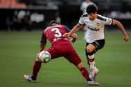 Guedes regatea a Raúl Navas en la jugada del primer gol de Valencia.