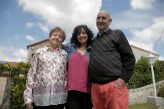 Elena Santos, junto a sus padres, tras superar la enfermedad.