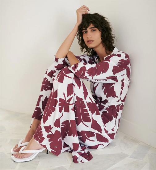 Vestido largo de cuello solapa y manga por debajo del codo acabada en elástico. Cuesta 39,95 euros y es de Zara.